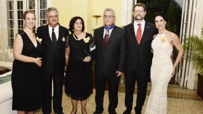 España entrega altas condecoraciones a personalidades cubanas