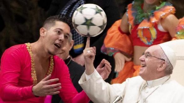 Artistas circenses cubanos actúan en el Vaticano