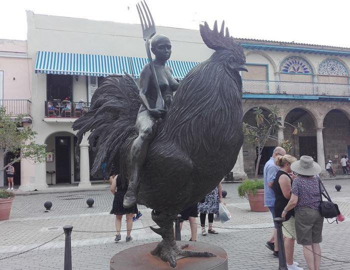 La escultura que seduce en la Plaza Vieja de La Habana