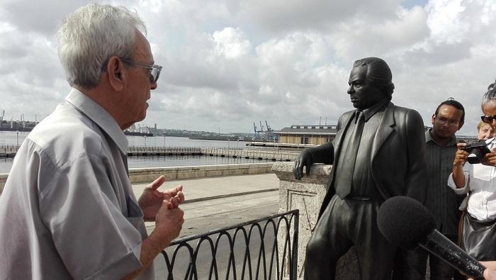 Inauguran estatua de Nicolás Guillén en la Alameda de Paula