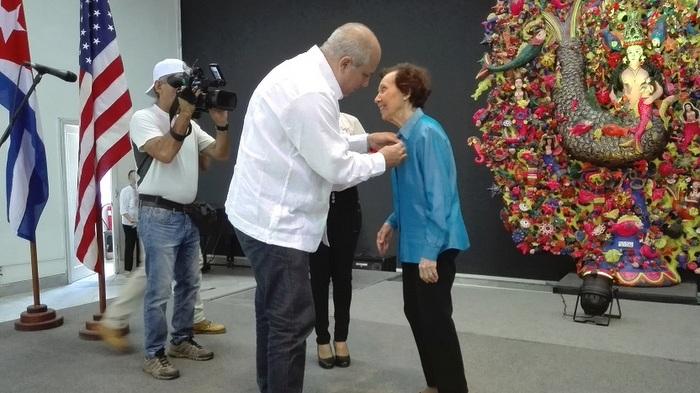 Receive documentarist Estela Bravo the Haydee Santamaría Medal
