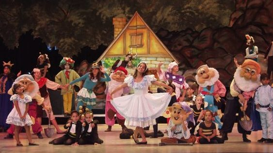 La Colmenita en sus treinta años: actuaciones, regalos y el aplauso agradecido