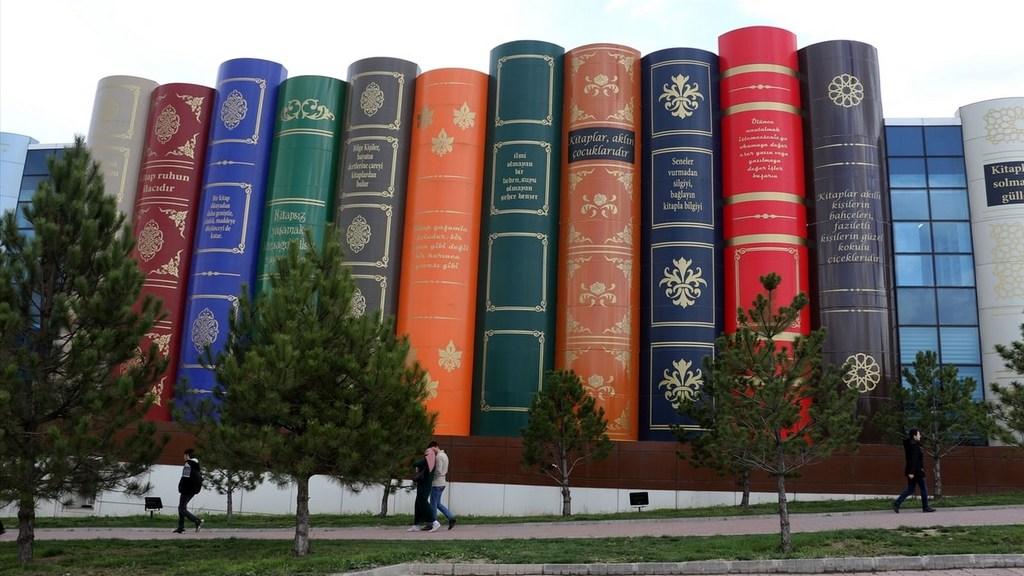 La singular fachada de una biblioteca invita a visitarla