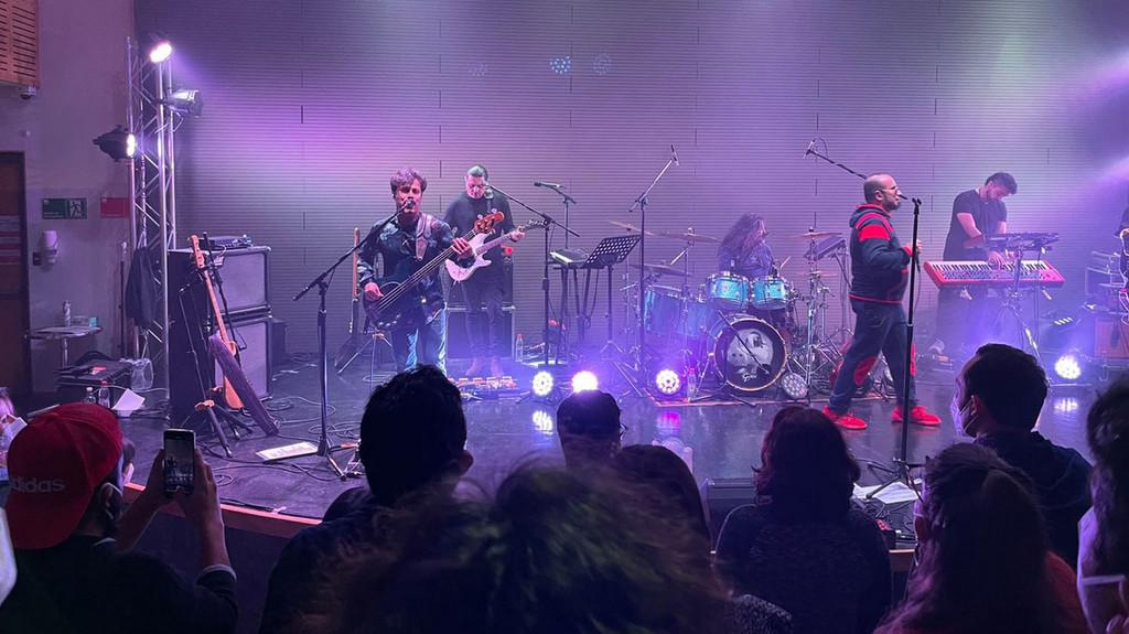 """""""Show-ensayo clínico"""" anuncia el retorno de las multitudes a los conciertos"""