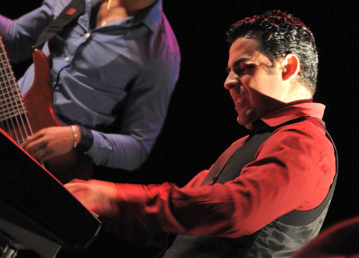 Alejandro Falcón y Cubadentro en concierto