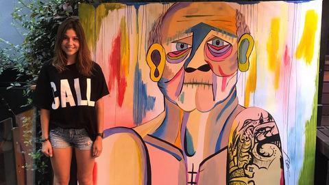 La artista navarra Araitz desata pasiones en la Segunda Edición del Street Art & Food Festival.