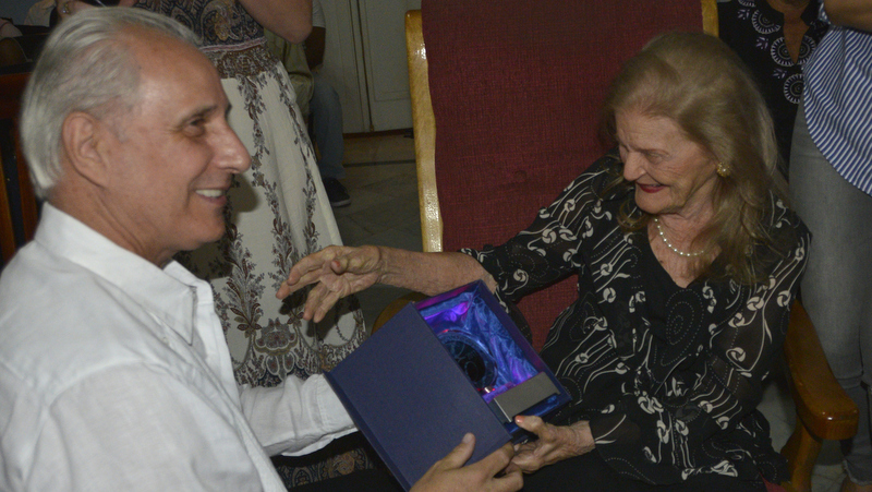 Premio Excelencias en manos de Carilda Oliver Labra