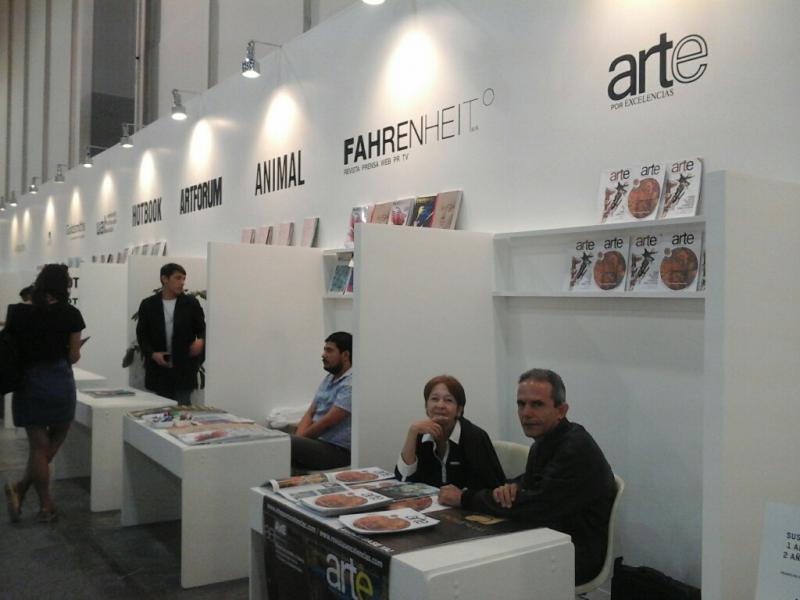 Stand de Arte por Excelencias en Zona Maco. Artista de la plástica Iris Leyva y el periodista Jorge Fernández Era