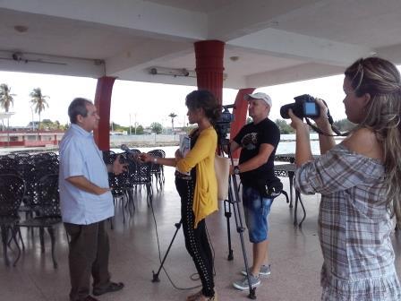 La periodista Regla Abreu de Perlavisión entrevista al editor Alexis Triana en Cienfuegos