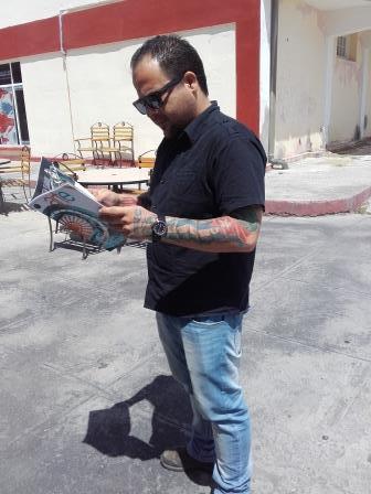 El trovador Nelson Valdés se interesa por nuestra revista