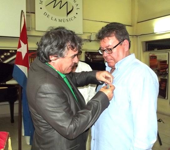 Ministro de Cultura de Cuba condecora al Sr. Luis Lozano Mercadal. Foto: Pepe Cárdenas