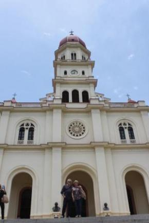 Paco Torreblanca junto a su esposa, en la Iglesia del Cobre, en Santiago de Cuba