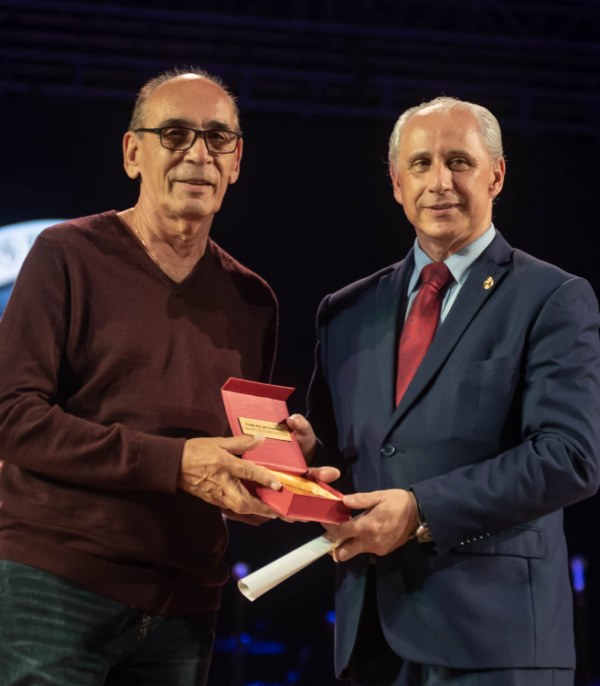 Manolo Micler receives the Cuba 2019 Excellencies Award for Art on behalf of the National Folk Ensemble