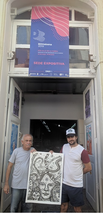 López Oliva and the printer-artist Carlos Almeida, with one of the prints in hands, at the door of the Portocarrero Workshop