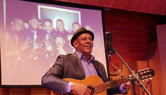 El Maestro Fernando Dewar agradece los reconocimientos entregados al Septeto Santiaguero por sus casi 25 años de vida artística