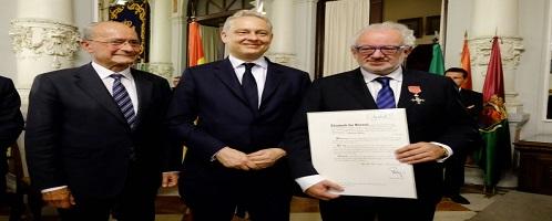Fernando Francés recibe la medalla de la Orden del Imperio Británico concedida por la Reina Isabel II