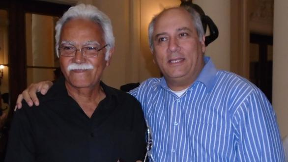 Omar López receives the award from Alpidio Alonso, Minister of Culture of Cuba