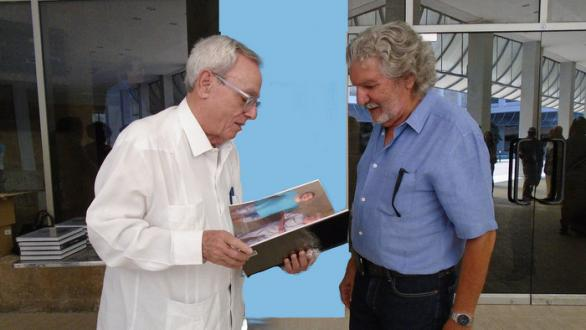 Eusebio Leal with the artist in the presentation of his catalog