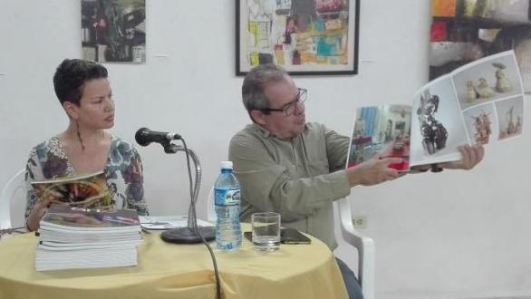 Alexis Triana also shared with the audience the content of the 40th edition of the magazine. (Photo: Lisandra Gómez Guerra / Escambray).